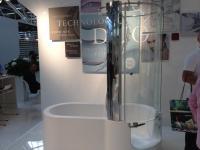 badewanne mit Duschbereich mit flachem Einstieg